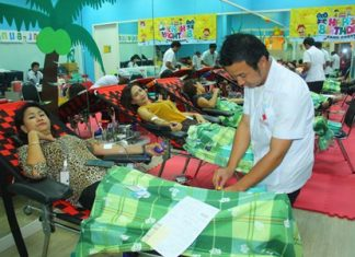 Many Central Festival Pattaya Beach employees, tourists and residents rolled up their sleeves to donate 170 units of blood for a total of 52,900 cc.