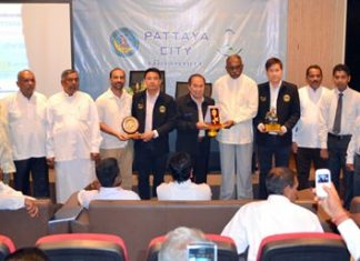City council members present a key to the city to the visitors from Sri Lanka.