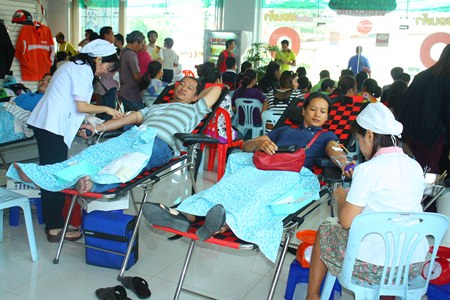 Kind hearted people donate blood at the Mityon Pattaya Co. Ltd., Thepprasit branch.