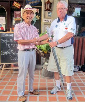 Dick Warberg (right) presents the MBMG Group Golfer of the Month award to Mashi Kaneta.