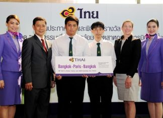 Chokchai Panyayong (second from left), THAI Senior Executive Vice President, Strategy and Business Development, and Acting President; Ms. Marie-Louise Phillippe (second from right), Airbus Regional Sales Director; congratulate Jeerapan Jankaew (third left), and Panuwut Porntrakulsak (third right), winners of the Aviation Design Idea category, ePushback project from Kasetsart University.
