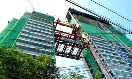 Tulip Group celebrated the joining of the 2 main towers of its Waterfront Suites & Residences project at Bali Hai in Pattaya last month as construction crews hoisted a 5-storey bridge unit into place.