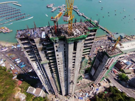 Construction work on the building has now reached the 35th floor, with additional floors being added at the rate of one every 4 days. (Photo courtesy Tulip Group Thailand)