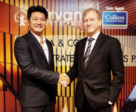 Nirvana CEO Sornsak Somwattana (left) and Simon Landy, Executive Chairman of Colliers International Thailand (right) shake hands on the new business partnership set up between the two companies.