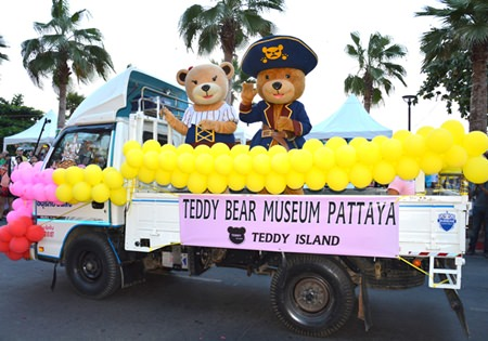 Pattaya's Teddy Bear Museum shows their giant teddies in the parade.