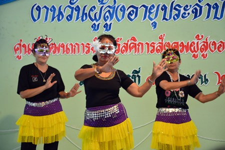 Who are those masked women?  Why, it's the Sattahip Apakornkiathiwong Hospital Elders Club Dancers impressing their fans.