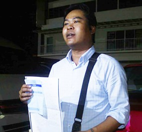 Phipop Thongnoi explains to the media what had happened when he became the latest victim of a stubby-fingered conman victimizing cabbies in Pattaya.