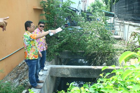 Deputy Mayor Verawat Khakhay (back) inspects areas of the South Pattaya canal that have been encroached upon around Soi Marine with Land Department officers.