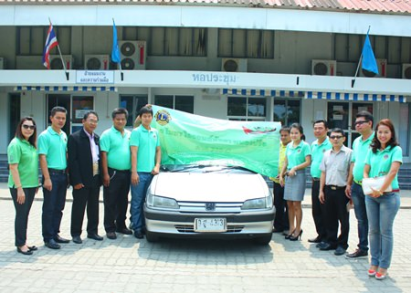 Lion Bhunanan Patanasin (5th left), president of the Lions Club of Pattaya-Nongprue, presents a used car to Pattaya Technical College for their education.