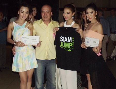 Tony Barchetti (2nd left) from Siam Bungy Jump poses with 3 contestants of the Miss Thai Lovely 2014.