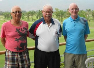 Monday winners Jan Lovgreen and Graham Buckingham with Dave Richardson (center).