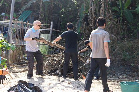 Hotel staff and Green Pattaya volunteers cleaning.