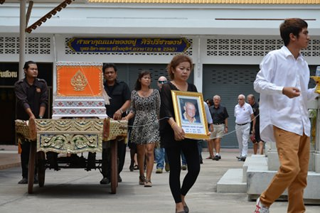 Many of Richard's old friends and students gathered to pay their last respects at the 22nd April cremation held at Wat Chaimongkol.
