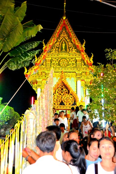 Citizens arrive for the Wien Thien ceremony in front of Wat Bunsamphan's sermon hall, Soi Khao Noi.