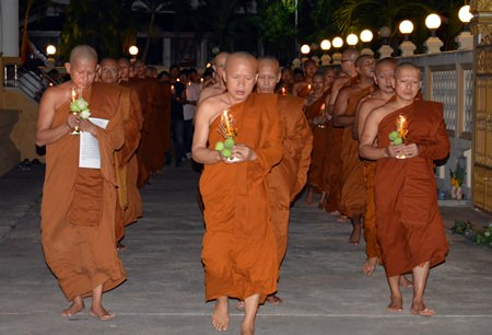 Phra Khru Vimol Thammakit, abbot of Wat Chonglom Naklua, and monks lead the Wien Thien walk.