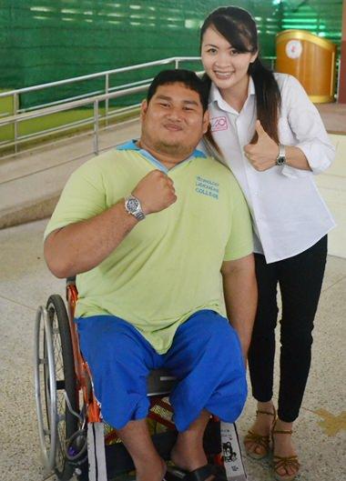 Prapawadee meets Prakit Thongsang, a fellow gold medal weightlifter.