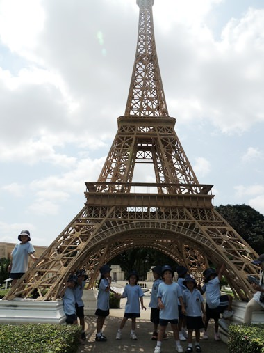 Students take a look at the Eiffel Tower.