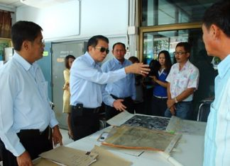 Banglamung District Chief Sakchai Taengho (second left) instructs authorities to protect public property.