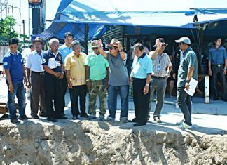 Deputy Mayor Verawat Khakhay (center) leads Pattaya administrators on an inspection visit of the flood-drainage work at Wat Boonkanjanaram Soi 4.