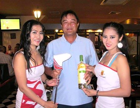 A flight winner Kris Kritsanajootha (center) accepts his rewards.