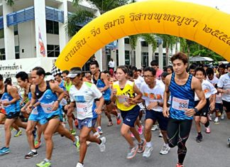 Participants begin the walk-run event for Visakha Bucha Day on May 13 at the TAT office on Pratumnak Hill, south Pattaya.