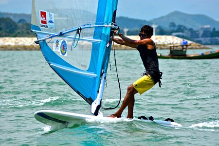 Thailand's Natthaphong Phonoppharat on his way to winning the Men's division. (Photo by Kah Soon Ho)