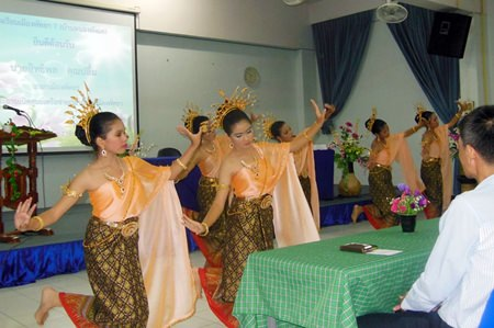 Young Thai dancers entertain the guests.