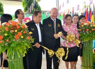 Deputy Mayor Wattana Chantanawaranon cuts the ribbon to officially open the event.