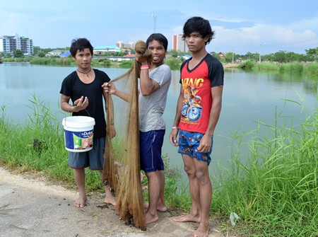 Cambodian laborers Niam, Kad, and Chok living a sufficient life following HM the King's principle.