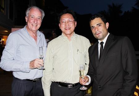 (L to R) Dr. Iain Corness chats with Pongsak Tiamsuttikarn, marketing & sales director of the World Class Wine Co., Ltd., and Joan Carreras, Brand Ambassador - Southeast Asia of Freixenet.