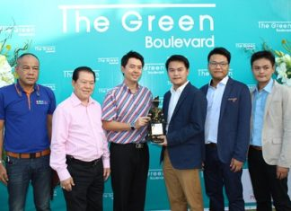 Poramet Ngampichet (3rd left) and Santsak Ngampichet (2nd left) congratulate executives from developer BS Property and architects PPA Power Group on the Green Boulevard Condominium opening its doors for bookings.