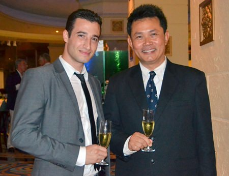 Hugo Acket (left), Sales Manager of Vanichwathana, and Suchart Suksawad (right), Beverage Manager of the Royal Cliff Hotels Group.