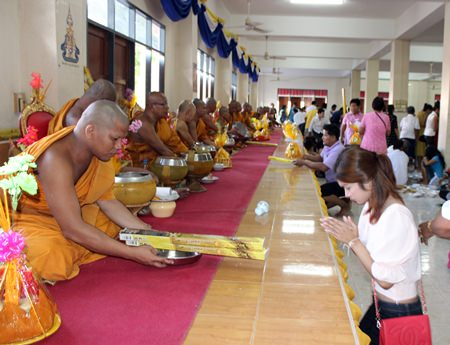 Citizens present candles for the Lent Festival at Wat Suttawas.