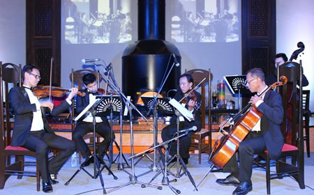 The string quintet performs the works of Mozart, Bach & Strauss for the guests in a cozy atmosphere.