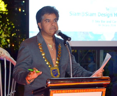 Tony Malhotra, President of Skål International Pattaya & East Thailand, presents the business addresses to Skålleagues and guests.