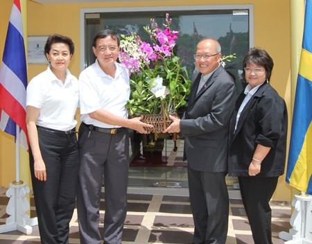 H.E. Chatchawal Supachayanont receives good wishes from Yaowaluck Hotarapavanont, Wiwat Pongburanakit, and Jantra Chayanam from the Green Leaf Foundation.