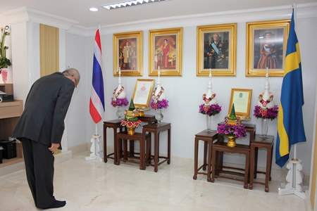 H.E. Chatchawal pays his respect to Their Majesties the King and Queen of Thailand and to Their Majesties the King and Queen of Sweden.