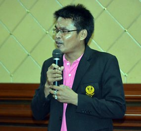 Thamtheerawat Chachim from the Chonburi Senate Office lectures students on the importance of democracy.