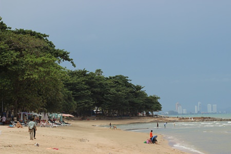 Yin Yom beach is quiet during the low season, prompting local vendors to ask the city to do something to stimulate tourism.