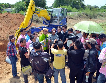 Mayor Itthiphol Kunplome and his entourage of government officials and media visited the construction site on June 24, saying that the city has been working to improve floodways by laying new drainage pipes and cleaning out canals to let water flow more freely.