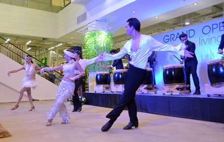 Beautiful and handsome dancers were a popular special attraction during the opening of the new Index Living Mall branch on Sukhumvit Road.