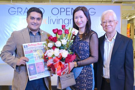Kamolthep Malhotra, General Manager of Pattaya Mail Media, congratulates Kridchanok and Pisit Patamasatayasonthi on the opening of Index Living Mall's newest branch in Pattaya.