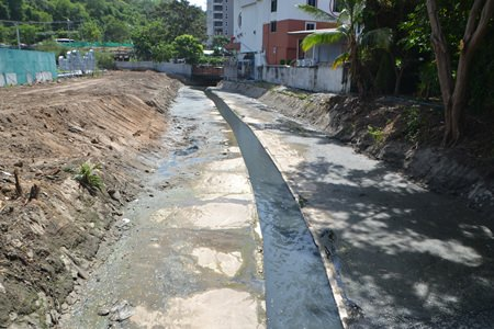The South Pattaya canal reclamation project is nearly complete, but is still facing obstacles along the important final stretch from Siam Bayshore Hotel to South Pattaya Bay.  The area to the left is public property and will be renovated. Straight ahead is where the final obstacles begin.