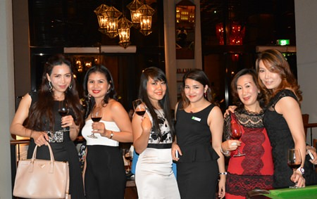 Juthamard Boonchinwudtikun (3rd right), Public Relations Executive of the Holiday Inn Pattaya, poses for a photo with the guests.