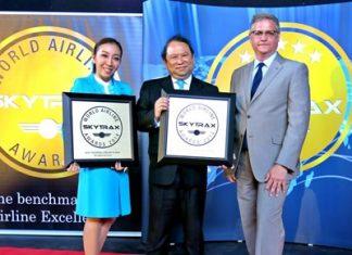 Capt. Puttipong Prasarttong-Osoth (center), President of Bangkok Airways receives the prize from CNN anchor Jim Boulden.