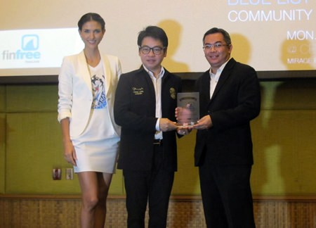 Cindy Sirinya Burbridge Bishop, Fin Free Thailand ambassador, and Rattanachai Sutidechanai, chairman of the Pattaya council's Tourism and Cultural division, present a Fin Free award to Terapan Chuaprasert, Executive Assistant Manager of Pattaya Marriott Resort & Spa.