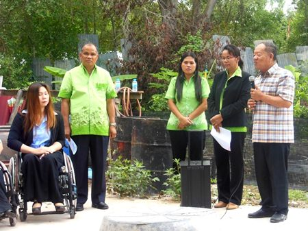 Mayor Mai Chaiyanit hands over the property to the family.