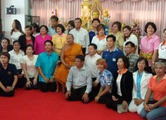 Chonburi private-school administrators donated more than 650,000 baht to Chaimongkol Temple.