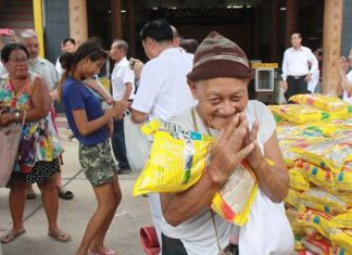 Disadvantaged Sattahip residents are thankful to receive rice handed out by Chinese-Thais wishing to brush away their demons.