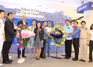 "Mayor Itthiphol Kunplome (4th right) and leaders from participating organizations kick off the ""Pattaya in Love: City of Ocean Arts"" project."